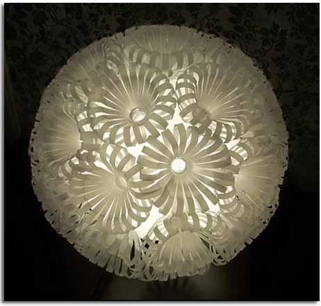 lámpara realizada con desechos, vasos de plástico