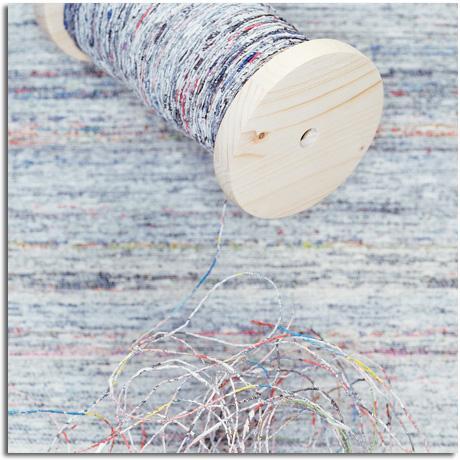 convierten los periódicos viejos en hilos que pueden ser tejidos en alfombras, cortinas y tapicerías