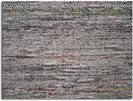 convierten los periódicos viejos en hilos que pueden ser tejidos en alfombras