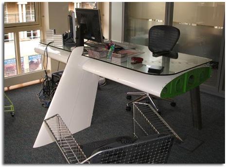 Mesa de oficina realizada con el ala reciclada de un avi n for Asientos para oficina