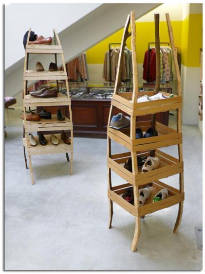 con cajas de madera, juega con los materiales reciclados