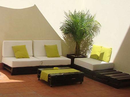Hogar y jardin terrazas y jardines con palets for Sillones hechos con tarimas