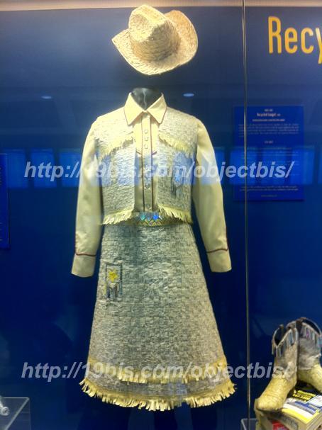 vestido hecho de papel de paginas amarillas