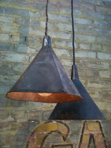 recicla-embudo cómo lámpara