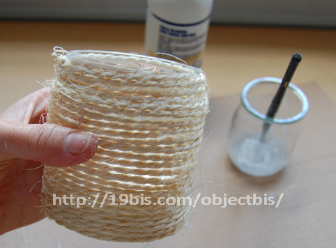 cesta con cuerda de cáñamo