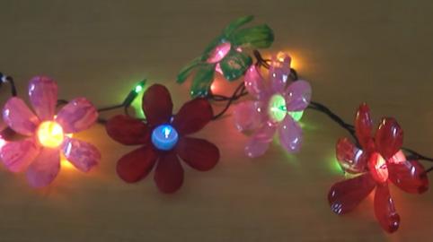 Luces de flores hechas con botellas de pl stico para for Bordillos de plastico para jardin