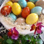 Decorar huevos de pascua con colorantes naturales