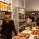 """Pasar de lo desechable a lo perdurable"", París abre primer supermercado libre de envases"
